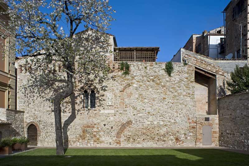 Fondazione tercas la sede for Piani di fattoria con portico