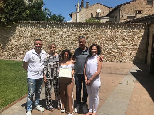 Michaela con i genitori Gabriela e Gianluca il Sindaco di Atri il Presidente della Fondazione Tercas 508x381